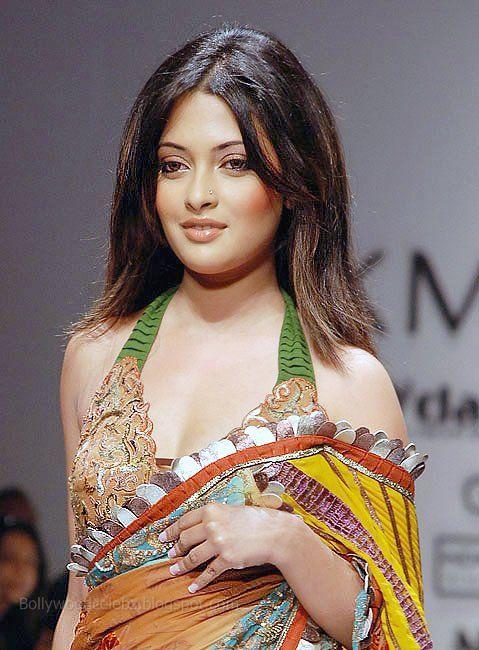 Riya Sen faisant la chanson de l'objet Gadgetgamingzones Blog-2229